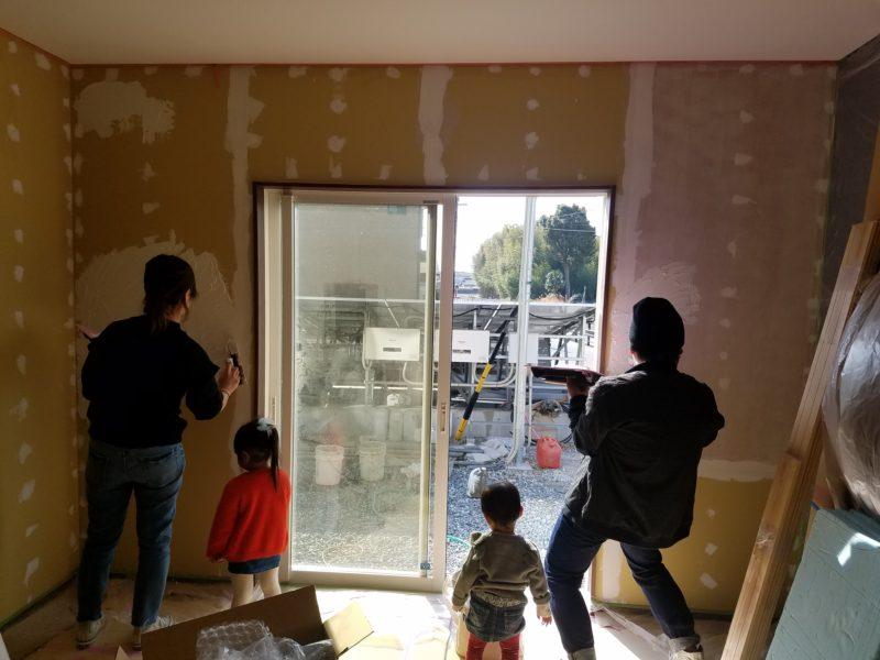 お客様による塗り壁体験