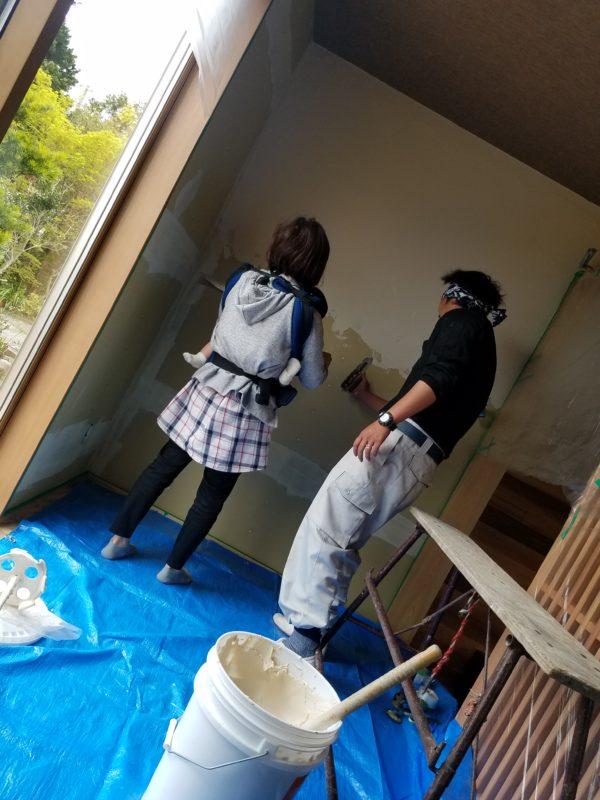 お客様による塗り壁体験2